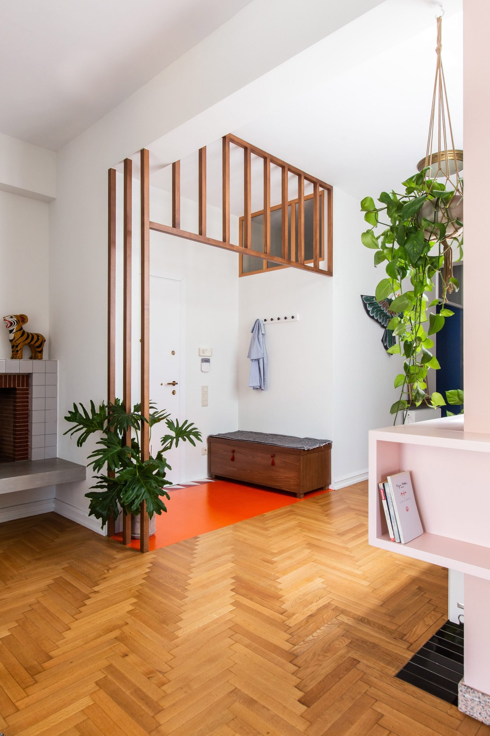 Entrance era with wooden floors and pink vinyl in Trikoupi apartment