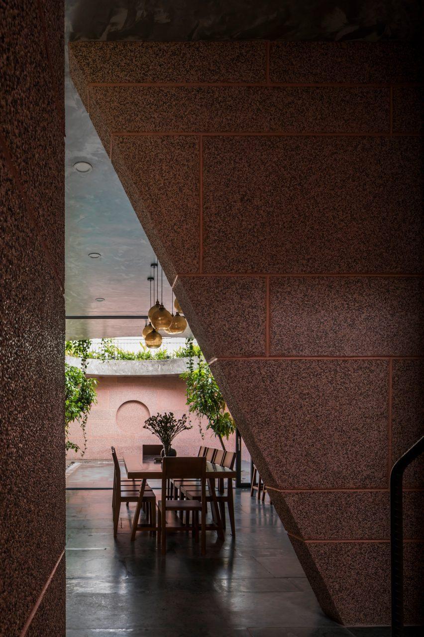 В розовом доме стены отделаны мелкой галькой.