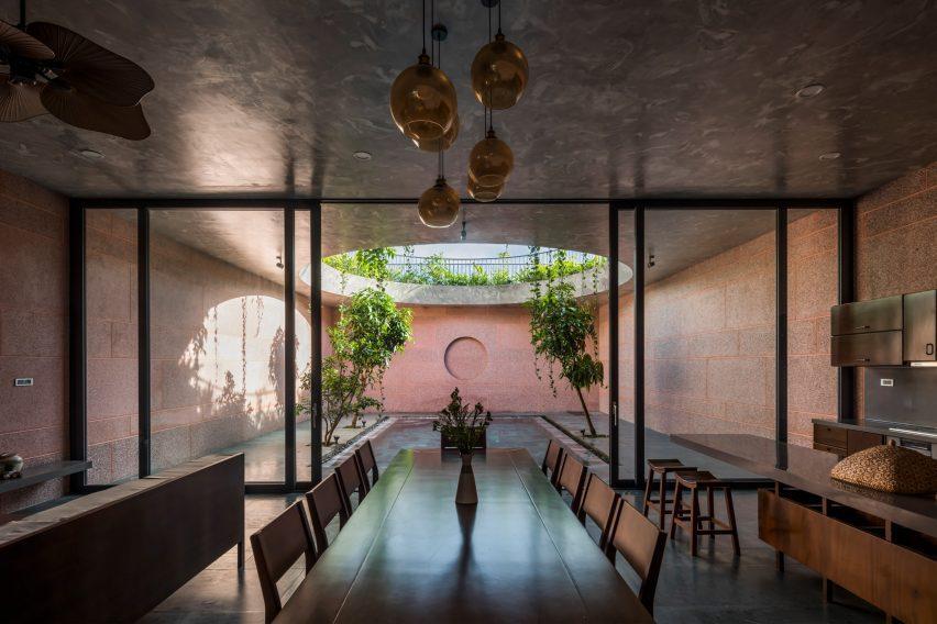 Гостиная и кухня имеют открытую планировку.