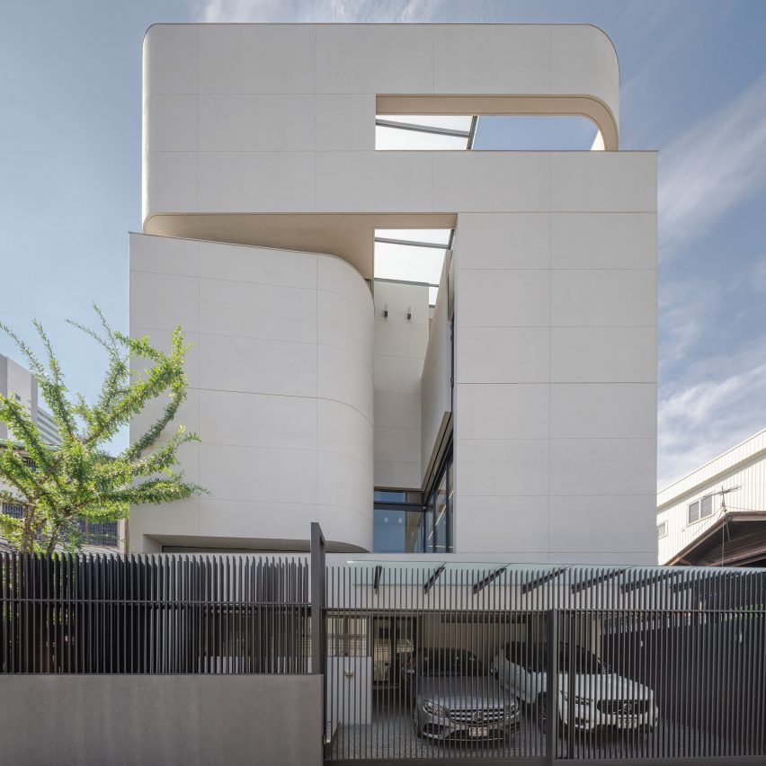 South elevation of 55 Sathorn house by Kuanchanok Pakavaleetorn Architects