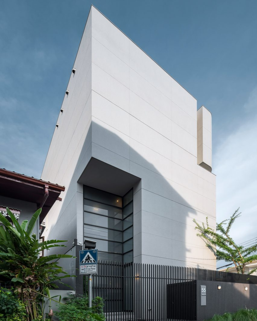 West elevation of 55 Sathorn house by Kuanchanok Pakavaleetorn Architects
