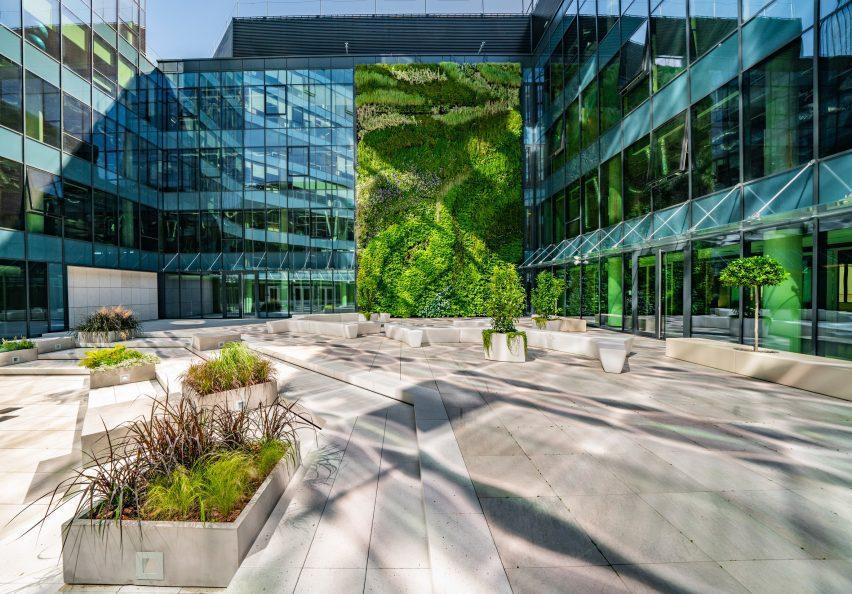 Фотография стеклянного здания с зеленой стеной