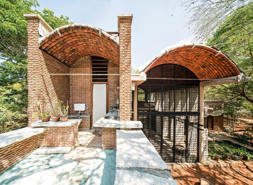 Anupama Kundoo built a brick building in India
