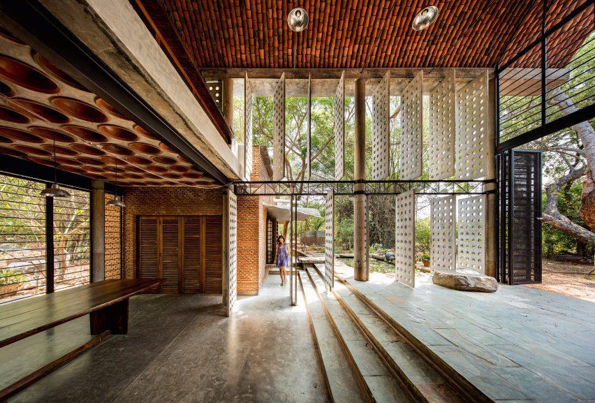 Anupama Kundoo built wall hous with local crafts people