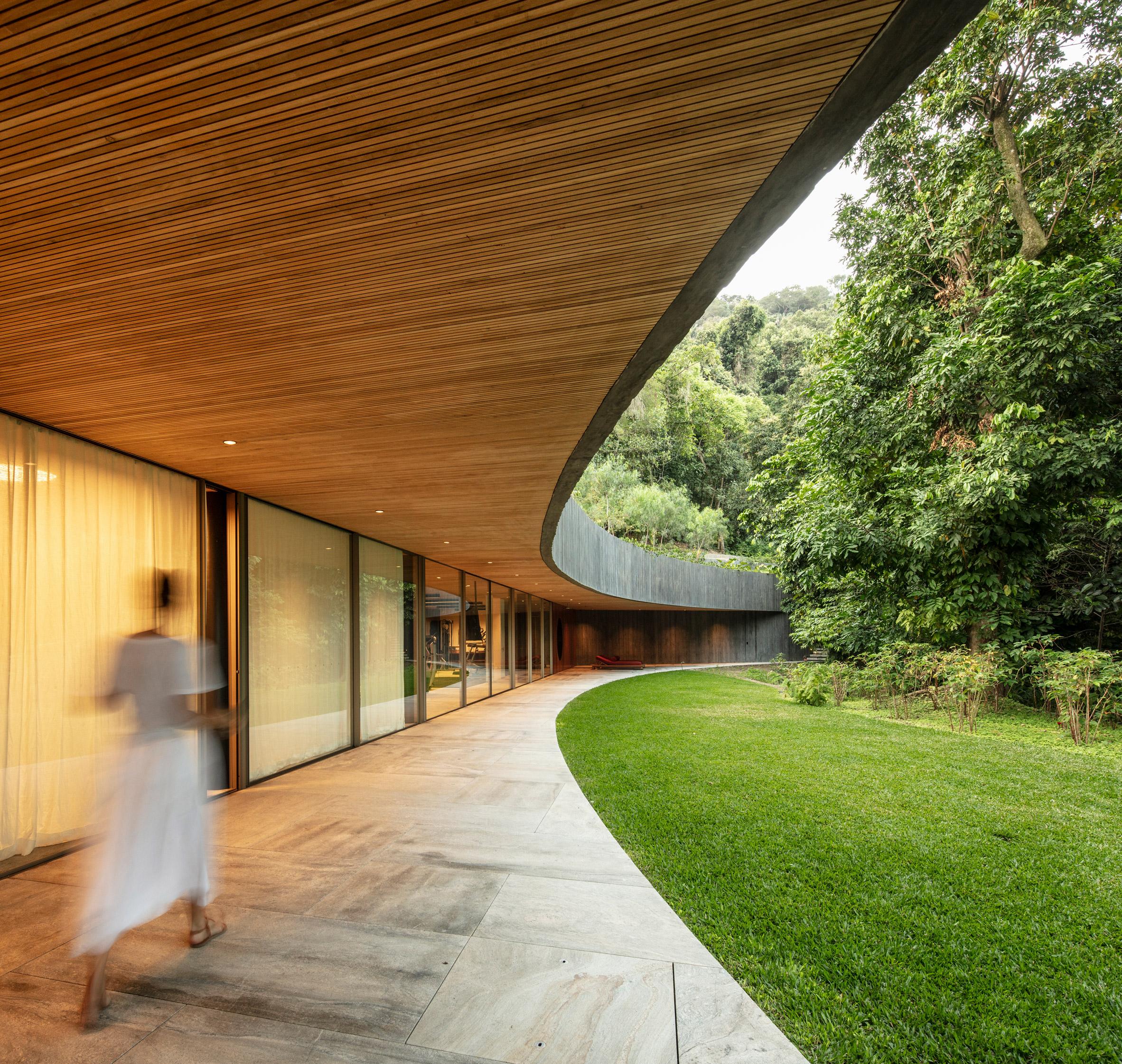 Asa House curved roof Rio Bernardes Arquitetura