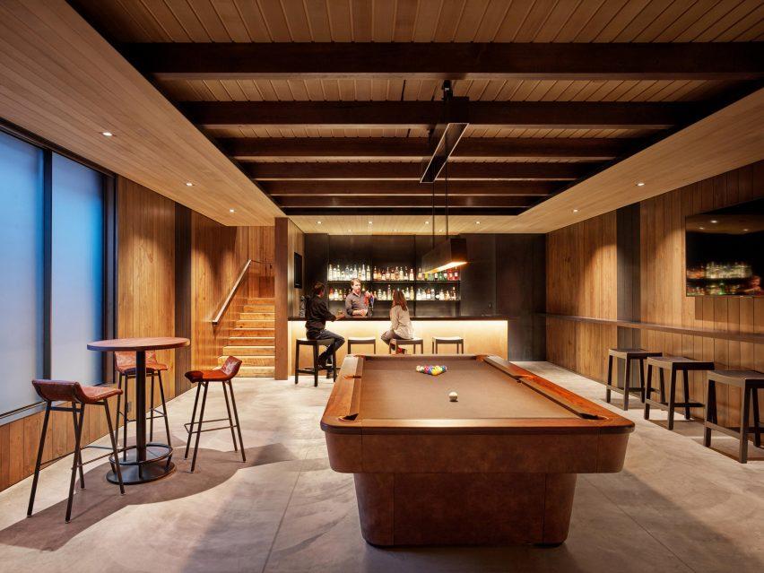 Le pub dispose de tables en bois recyclé