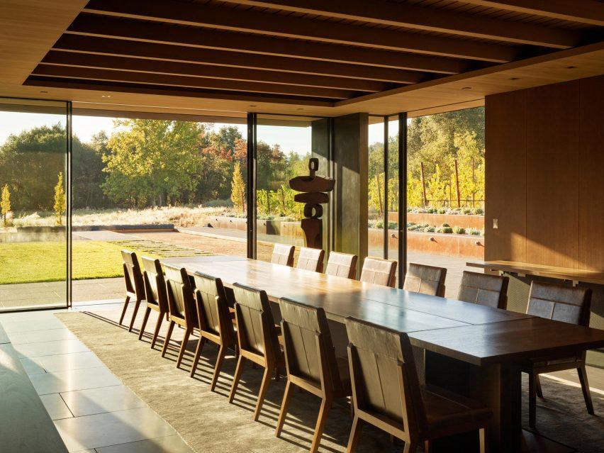 Des finitions terreuses ont été utilisées pour les intérieurs de la maison