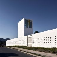 Chilean school by Sebastián Irarrázaval takes cues from a walled citadel
