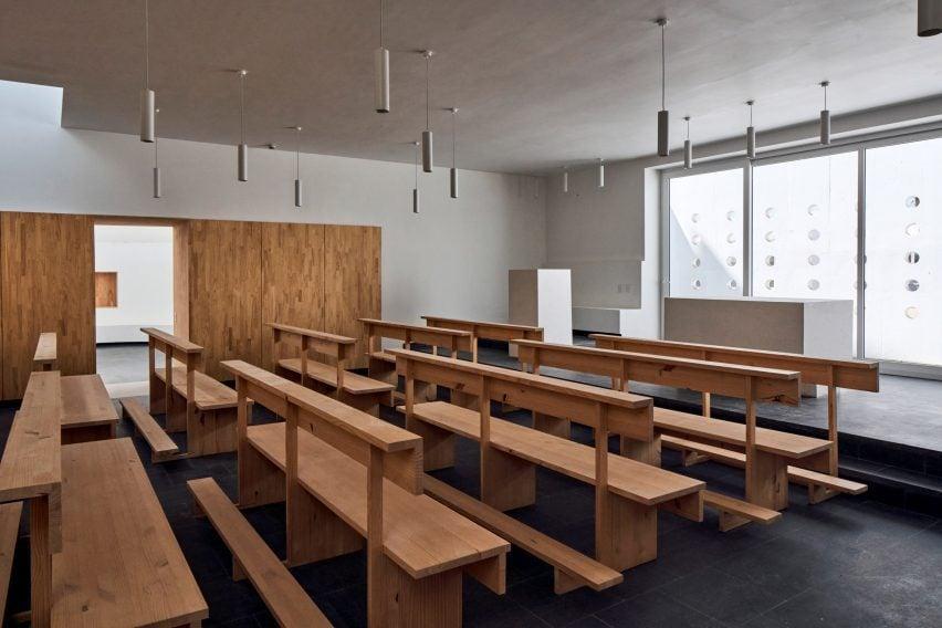Las aulas tienen estantes de madera neutrales