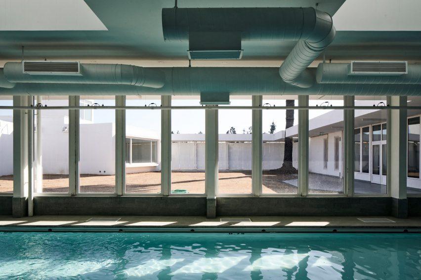 Sebastian Irsawal agregó una piscina en la Escuela de Arquitectos
