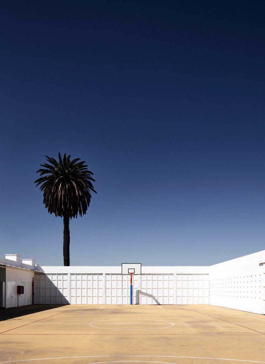 Una cancha de baloncesto en una escuela chilena