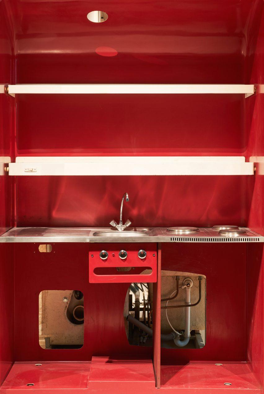 Une cuisine préfabriquée rouge