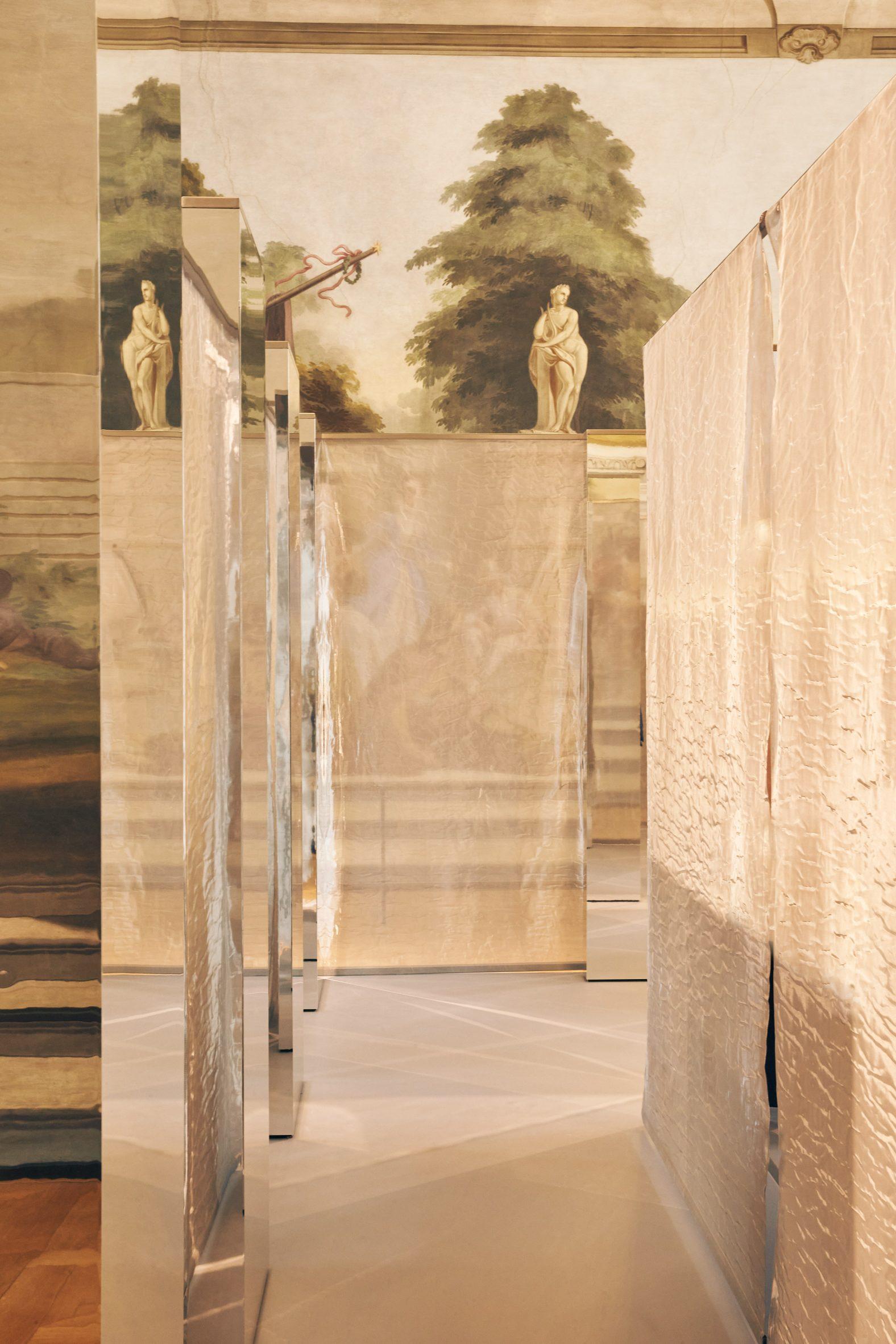 Mirror and mesh installation in COS Bolzano store
