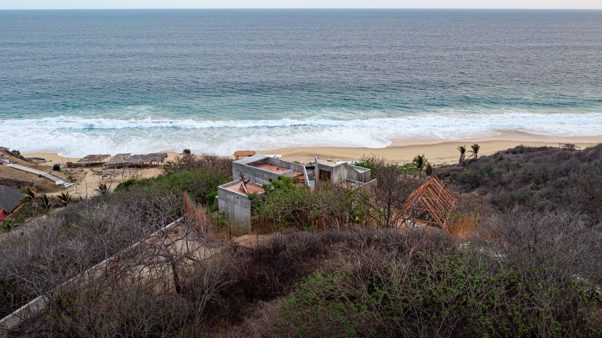 Casa del Sapo by Espacio 18 Arquitectura is a concrete house that overlooks the Zapotengo beach