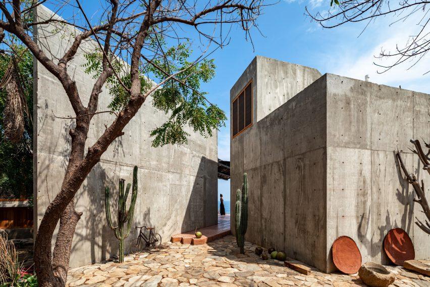Casa del Sapo es una casa de hormigón gris