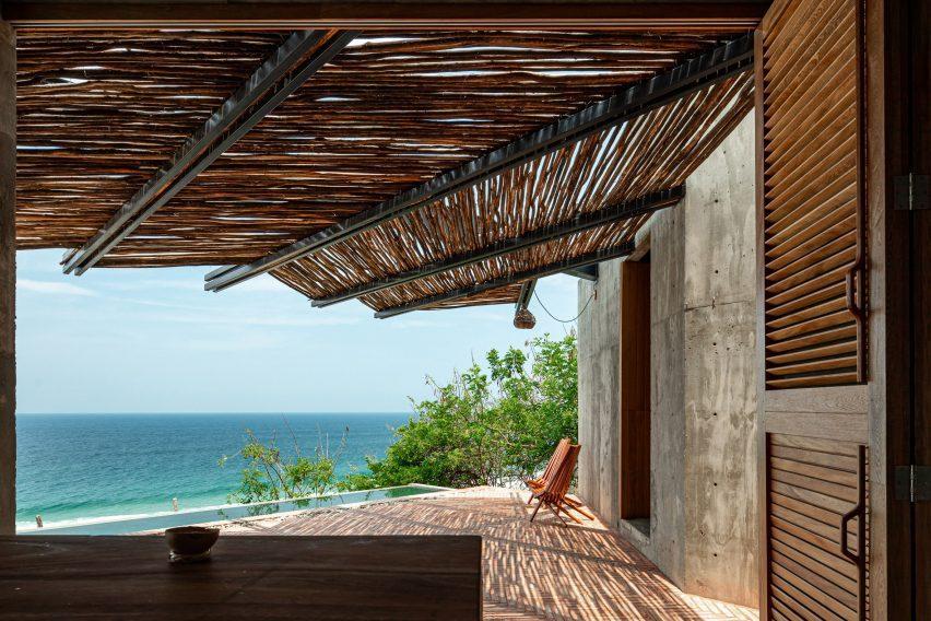 Una silla en la terraza con vistas al mar.