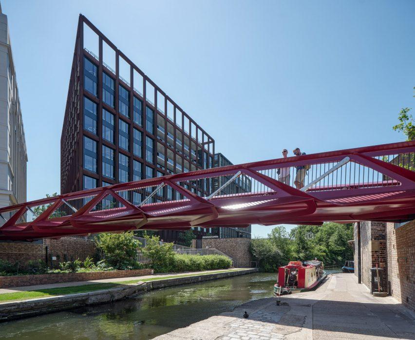 Side view of Esperance Bridge with truss form
