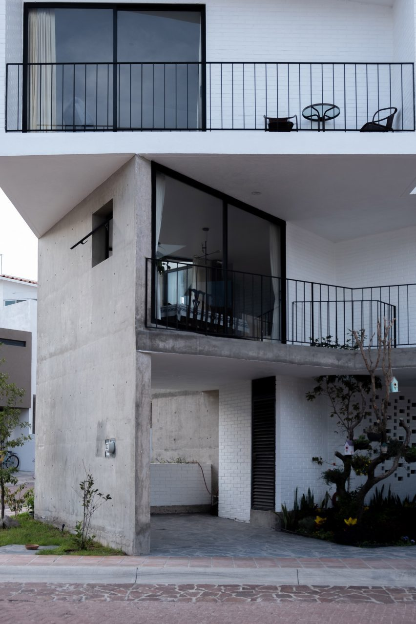 Gestalt Associates built the house in blocks