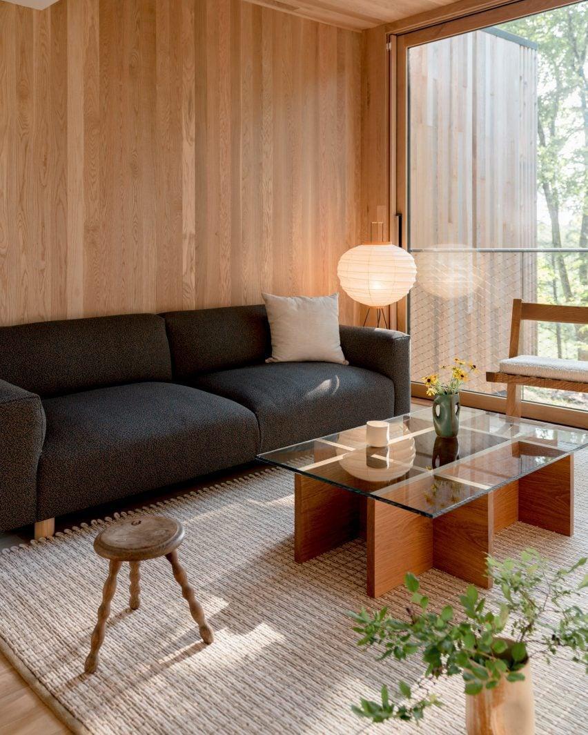 Interiores neutros em uma sala de cabana