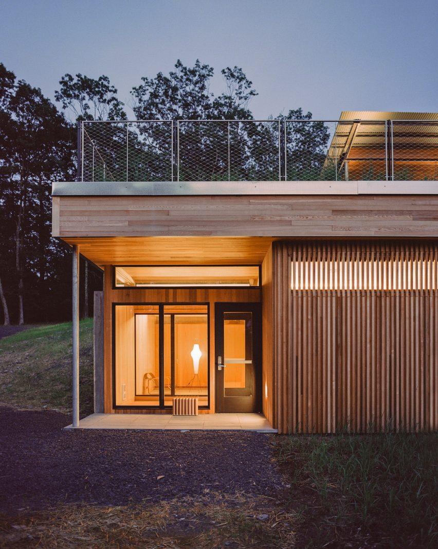 As cabines têm portas de vidro