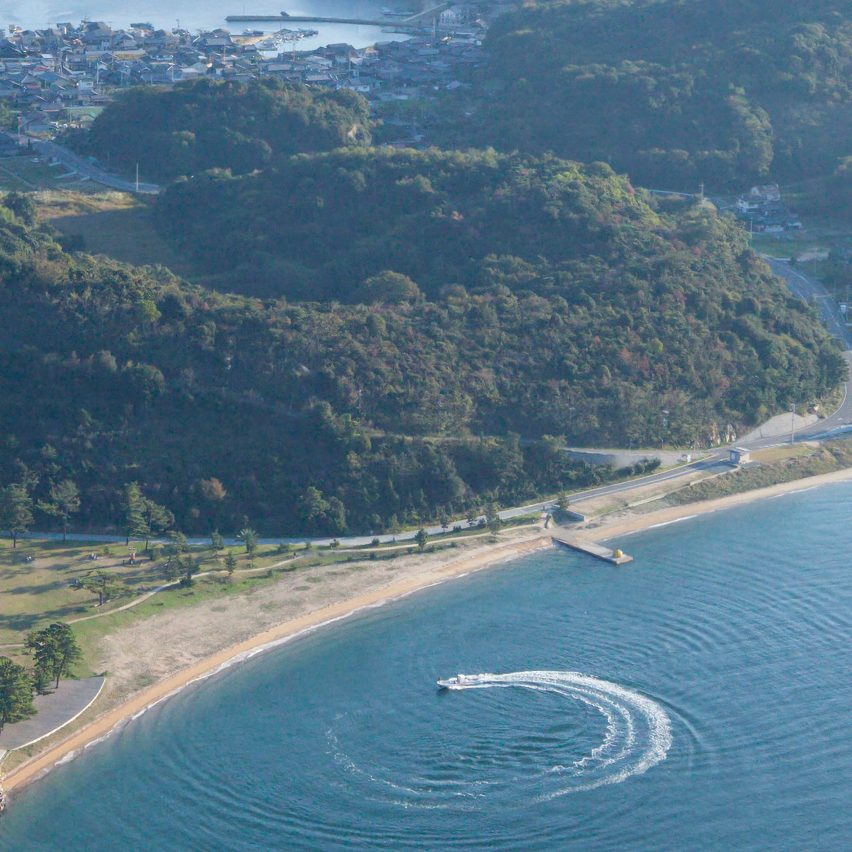 Una fotografía aérea de la escultura de calabaza de Quasam en la isla de Naoshima