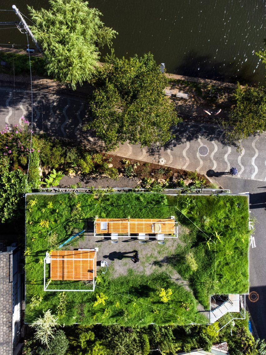 Зеленая крыша на японском доме