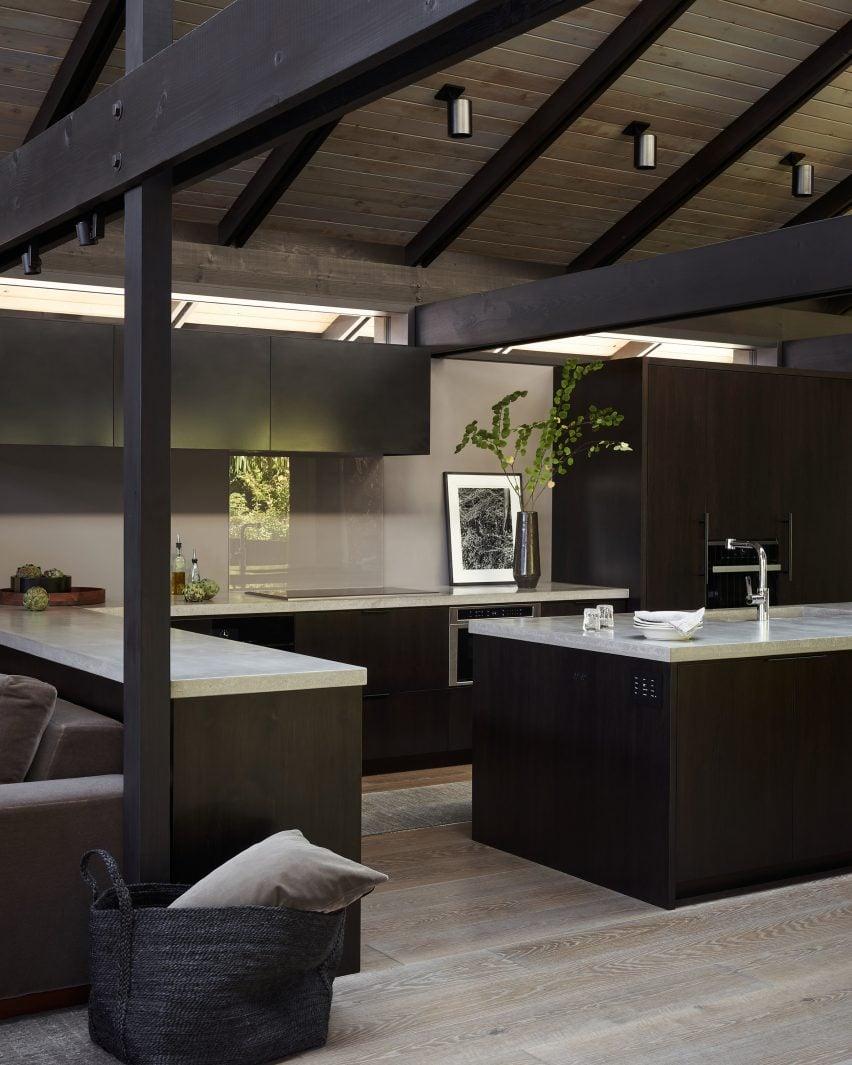 На кухне светло-серые столешницы
