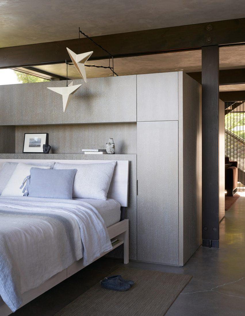 Спальные помещения соответствуют остальному интерьеру.