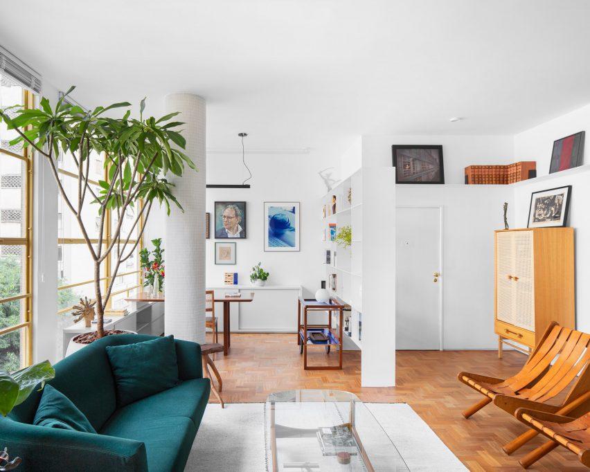 Velvet sofa in Social lounge in Louveira Apartment by Ana Sawaia