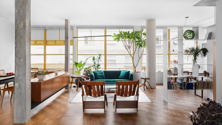 Social lounge in Louveira Apartment by Ana Sawaia