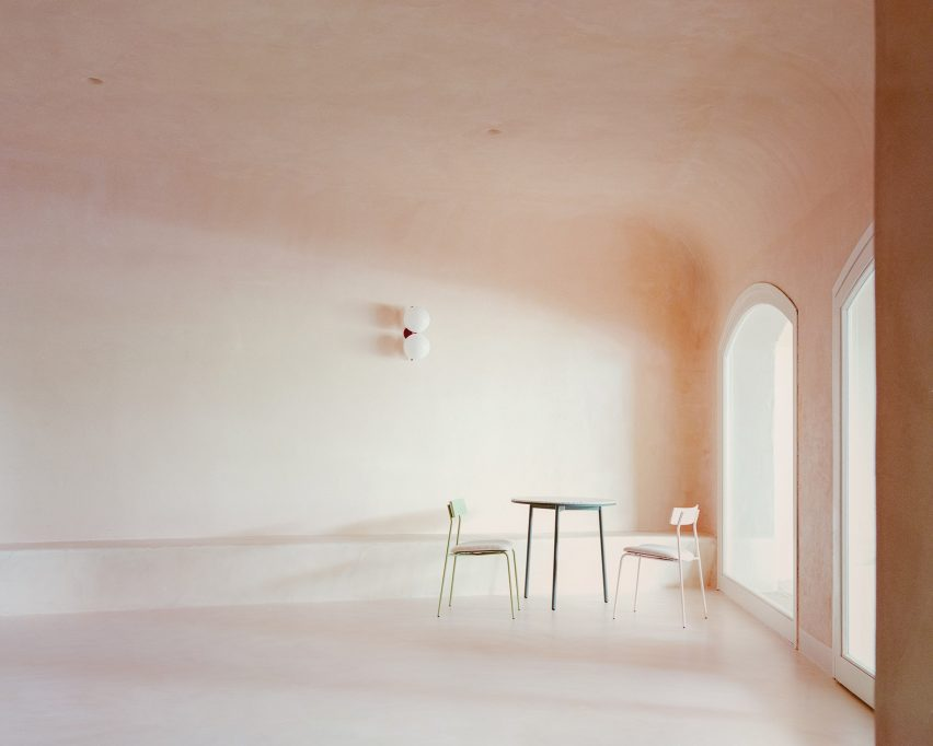 Restaurant interior by Studio Wok with curved ceiling and a mismatched, pastel-coloured table setting