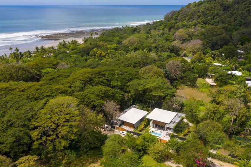 Vista aérea de las casas de Naia en la selva de Costa Rica