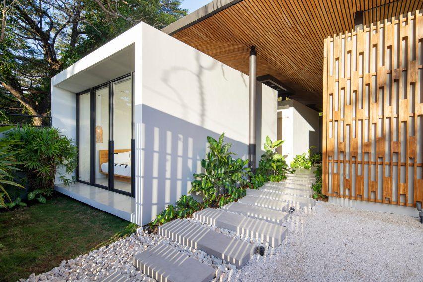 Dormitorio de hormigón con pasarela en la casa de Studio Saxe