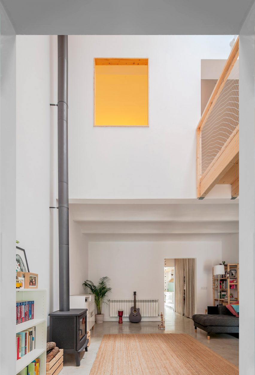The home by SAU Taller d'Arquitectura has a double height living area