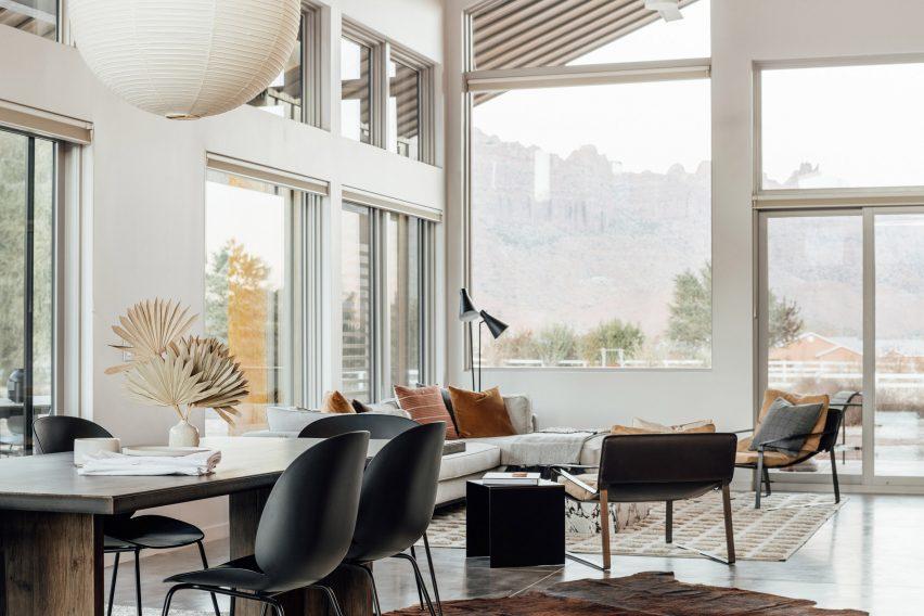 Внутри дома от Studio Upwall Architects белые стены, а скатный потолок создает ощущение легкости и простора.