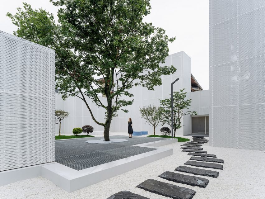 Courtyard with white pebbles, stone path and central tree in Duoyin bookstore