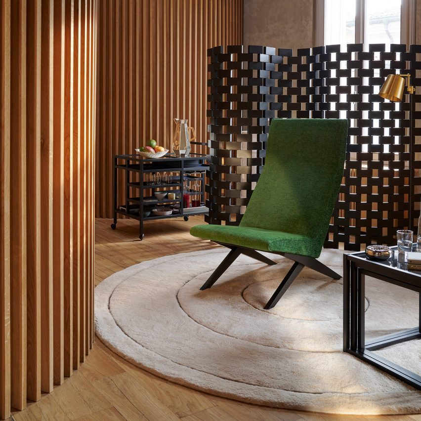 Paravent Ambassade screen by Charlotte Perriand behind a green chair