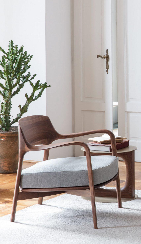Фотография деревянного стула