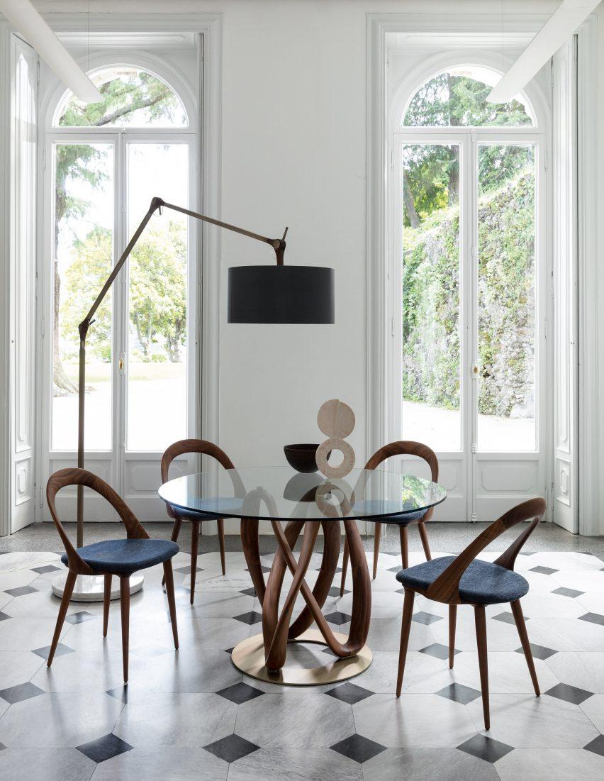 Фотография деревянного и стеклянного стола
