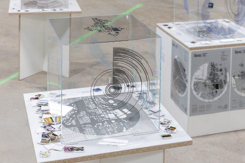 Фотография архитектурной модели, исследующей алгоритмические процессы, используемые цифровыми сетями и платформами социальных сетей.