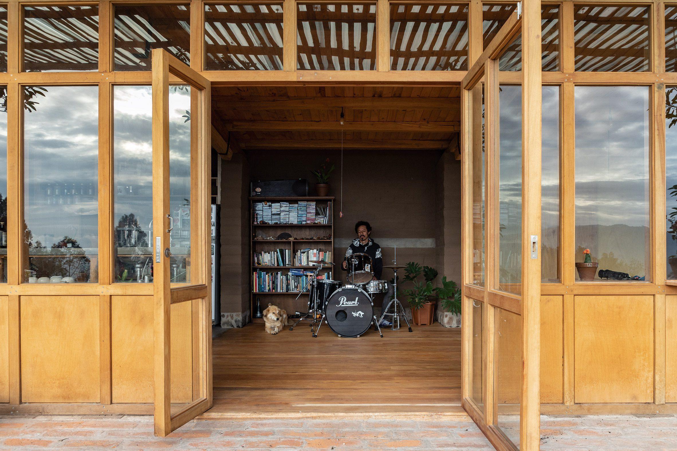 Sebuah drumset di hunian utama