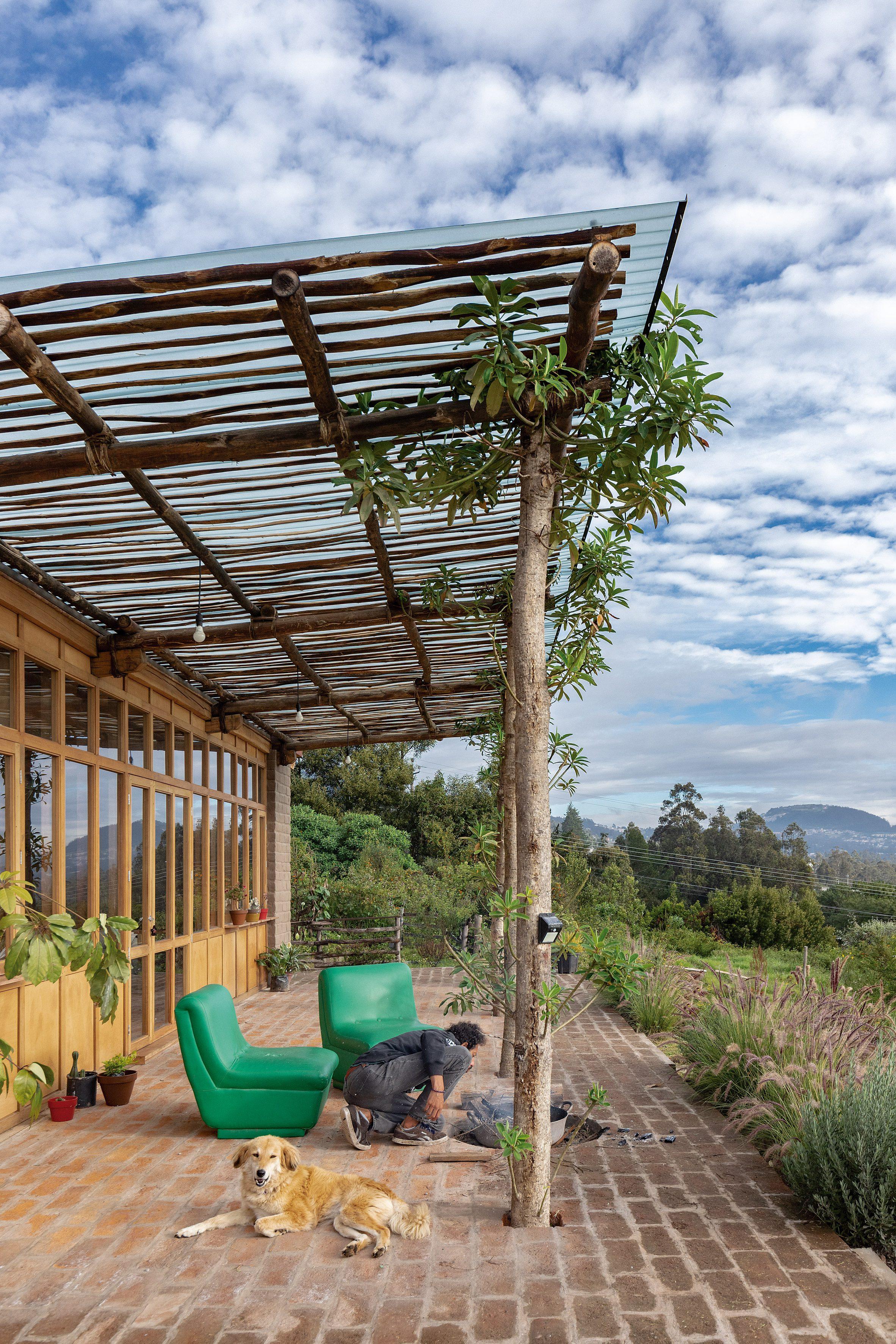 Atap kayu terbuat dari tongkat kayu, kain tahan air, dan ubin yang terbuat dari tanah dan batu bata