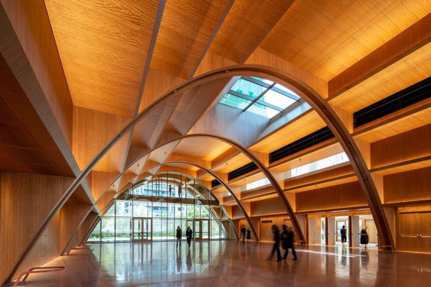 Помещение для мероприятий со сводчатым деревянным потолком