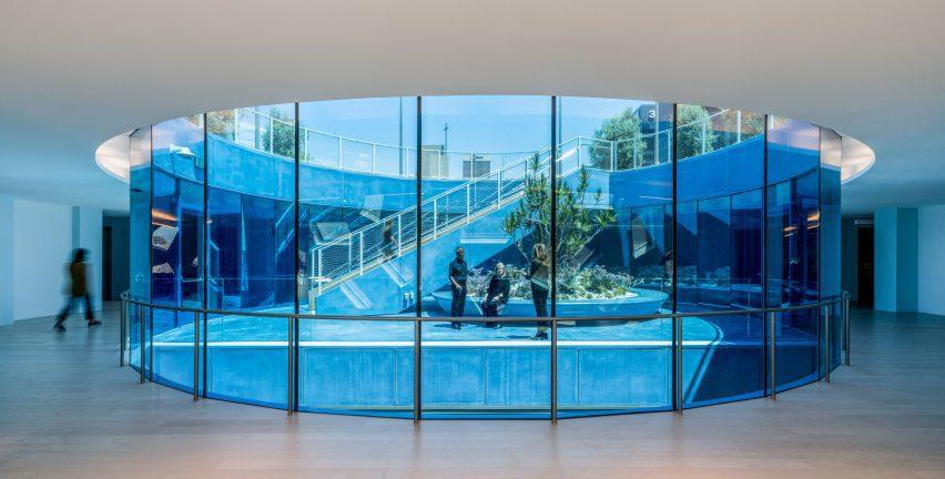 Синее стекло, окружающее сад на крыше