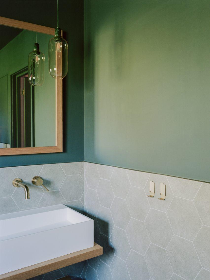 Ванная комната Bawa House от Alter & Company
