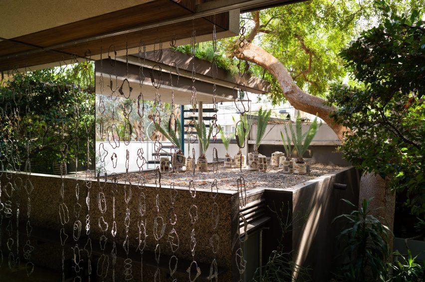 Aluminium chain curtain facing the courtyard