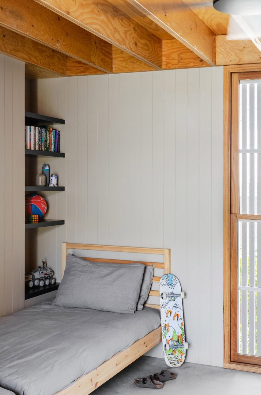 Деревянные потолки в детской спальне