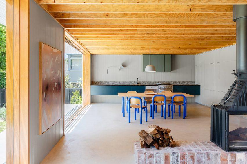 Яркая и плавная планировка кухни в Bundeena House