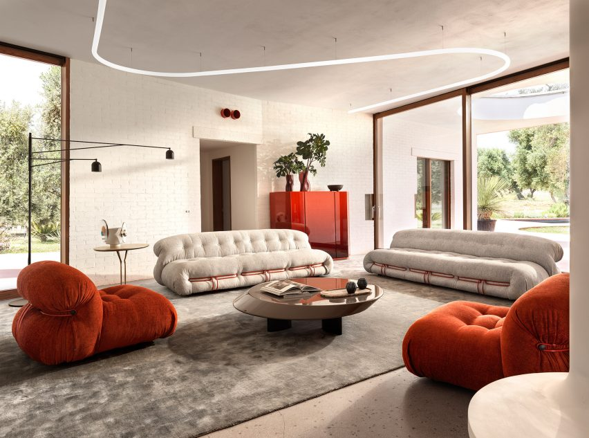 Фотография Сорианы, набор сидений в красно-белых тонах.