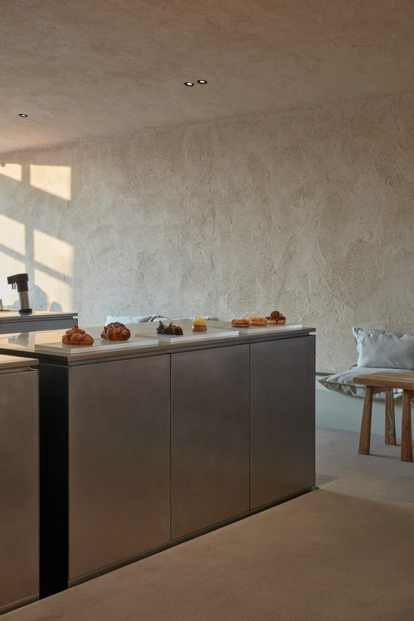 A kitchen counter and sandy wall with Arakabe finish